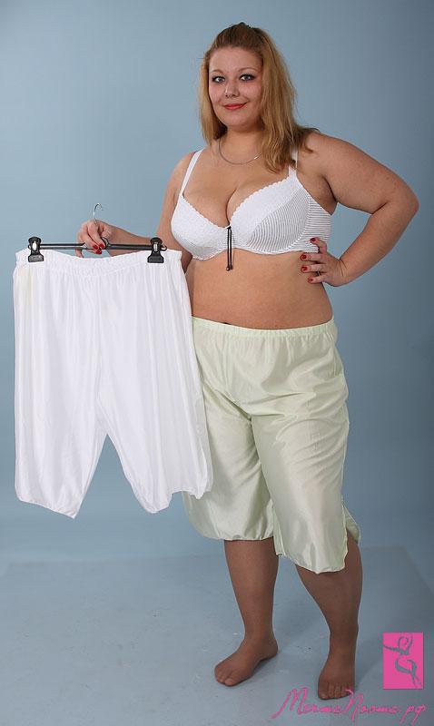 237У женщин под юбкой панталоны